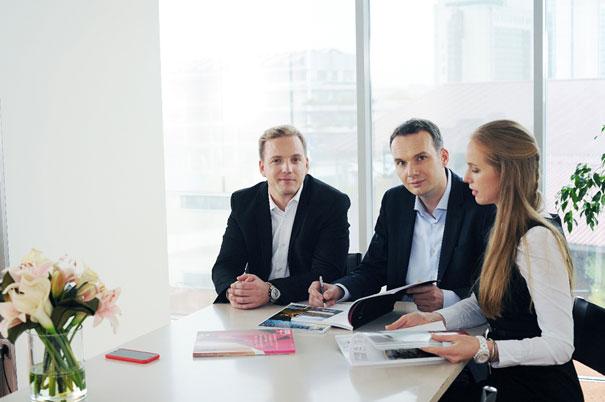 V Mestu nepremičnin zaposlujemo izkušene, strokovne in odgovorne nepremičninske posrednike, ki skrbijo, da vaši nepremičninski posli potekajo varno, hitro in čim manj stresno.
